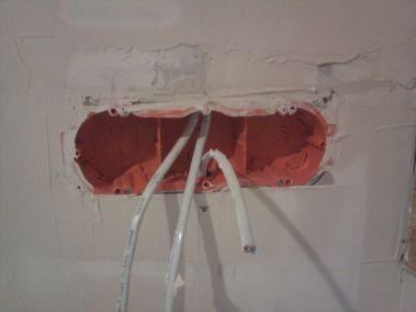 установленная коробка под розетки, гипсокартон